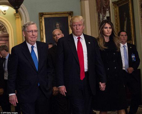 Chum anh: Ong Trump va phu nhan tay trong tay tham toa nha Quoc hoi My - Anh 2