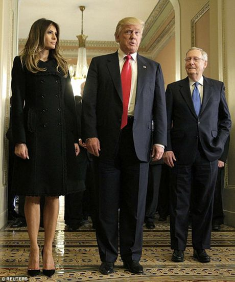 Chum anh: Ong Trump va phu nhan tay trong tay tham toa nha Quoc hoi My - Anh 4