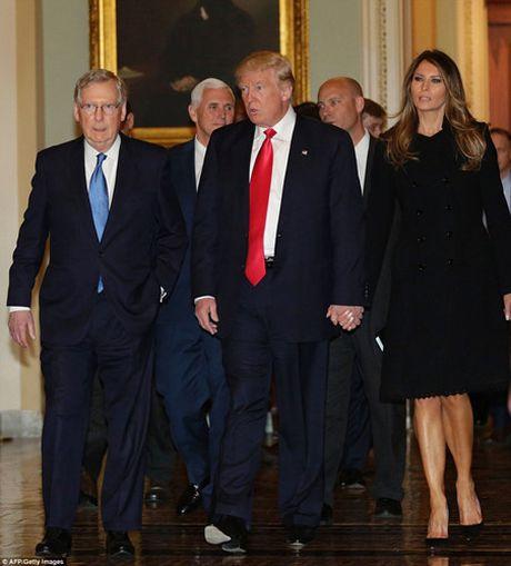 Chum anh: Ong Trump va phu nhan tay trong tay tham toa nha Quoc hoi My - Anh 5