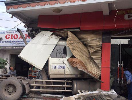 Xe container dam qua dai phan cach, lao thang vao nha dan - Anh 1