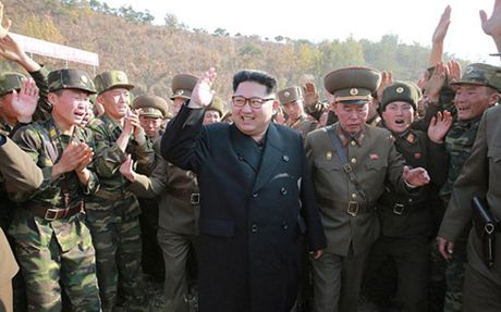Ong Kim Jong-un thi sat cuoc tap tran ban dan that - Anh 1