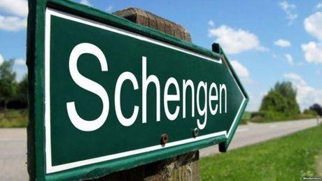 EU gia han kiem soat bien gioi khu vuc Schengen them 3 thang - Anh 1
