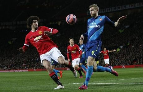 Jose Mourinho so mat Marouane Fellaini trong tran dai chien voi Arsenal - Anh 1