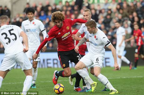 Jose Mourinho so mat Marouane Fellaini trong tran dai chien voi Arsenal - Anh 2