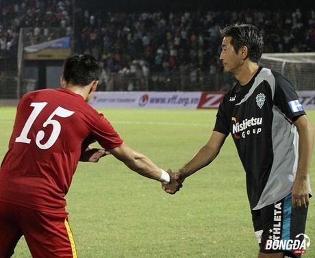 Que Ngoc Hai lai 'phang' que cau thu Avispa Fukuoka FC - Anh 2