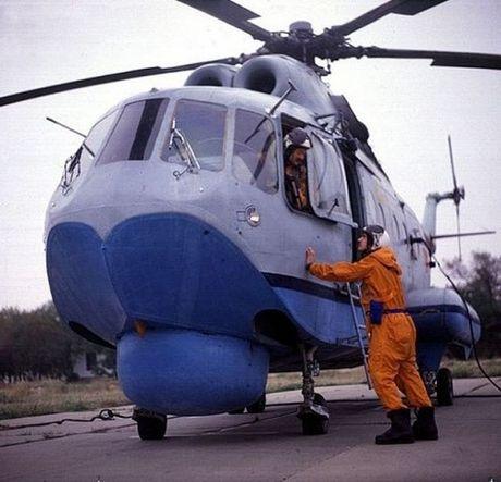 Ngoan muc canh truc thang san ngam Mi-14 ha canh xuong bien - Anh 2