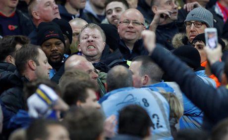 Fan tuyen Anh va Scotland choang nhau sut dau me tran - Anh 2