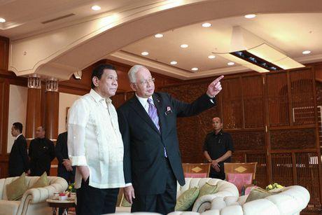 Tong thong Philippines Duterte hat karaoke voi Thu tuong Malaysia - Anh 1