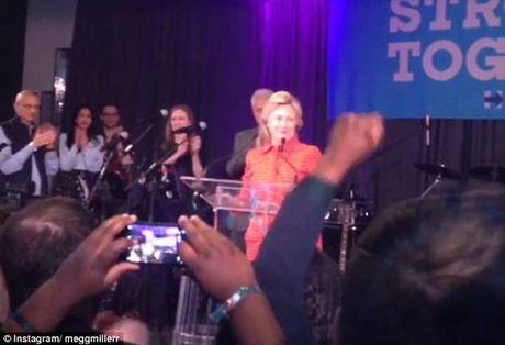 "Ba Clinton ""khoc khong ngung"" khi biet tin thua ong Trump - Anh 1"