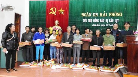 Gia dinh mot can bo Cong an chia se kho khan voi dong bao Quang Tri bi lu lut - Anh 2