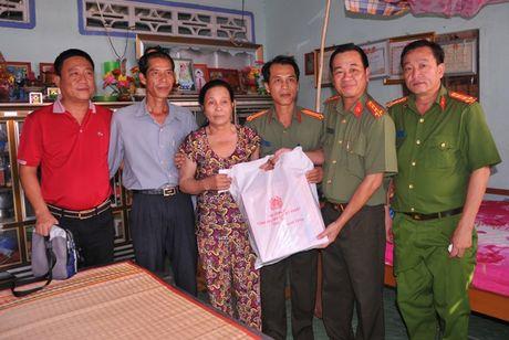 Tong cuc Hau can – Ky thuat kham benh, tang qua cho nguoi ngheo tai Bac Lieu - Anh 11
