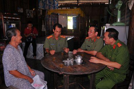 Tong cuc Hau can – Ky thuat kham benh, tang qua cho nguoi ngheo tai Bac Lieu - Anh 12