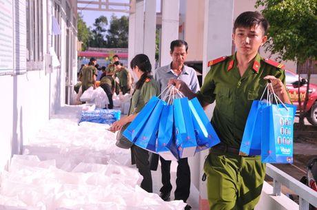Tong cuc Hau can – Ky thuat kham benh, tang qua cho nguoi ngheo tai Bac Lieu - Anh 3