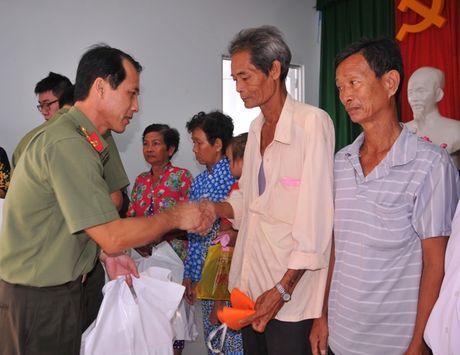 Tong cuc Hau can – Ky thuat kham benh, tang qua cho nguoi ngheo tai Bac Lieu - Anh 4