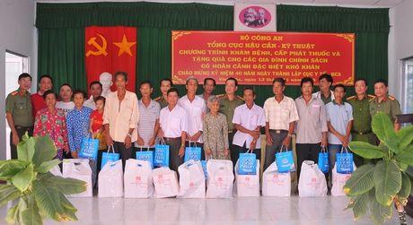 Tong cuc Hau can – Ky thuat kham benh, tang qua cho nguoi ngheo tai Bac Lieu - Anh 5