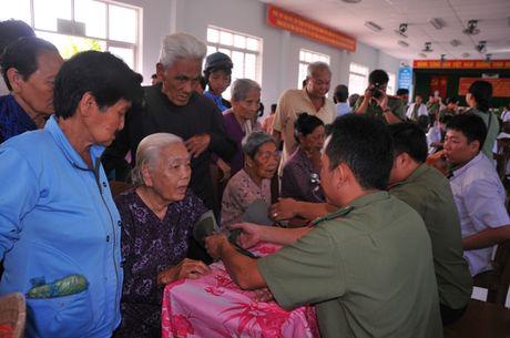 Tong cuc Hau can – Ky thuat kham benh, tang qua cho nguoi ngheo tai Bac Lieu - Anh 7