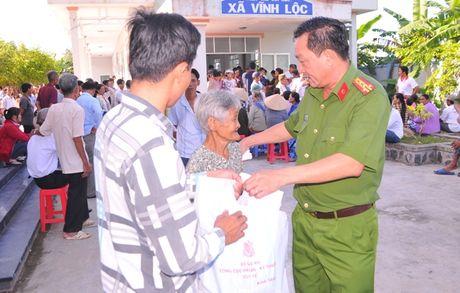 Tong cuc Hau can – Ky thuat kham benh, tang qua cho nguoi ngheo tai Bac Lieu - Anh 9