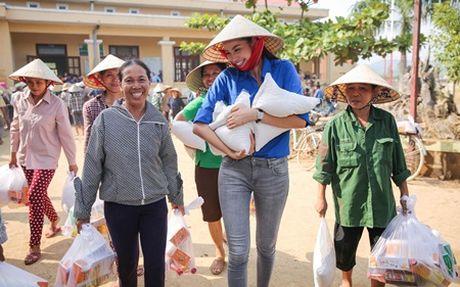 Pham Huong gian di nhung van 'dep' trong long cong chung - Anh 2