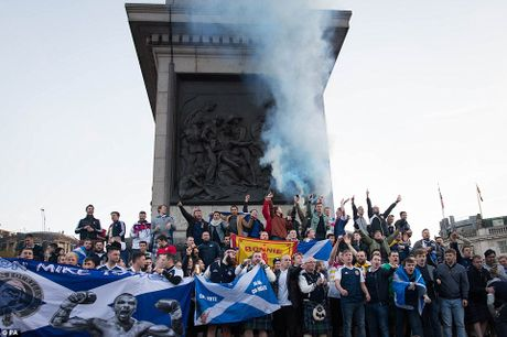 Bao luc dam mau trong tran Anh - Scotland - Anh 7