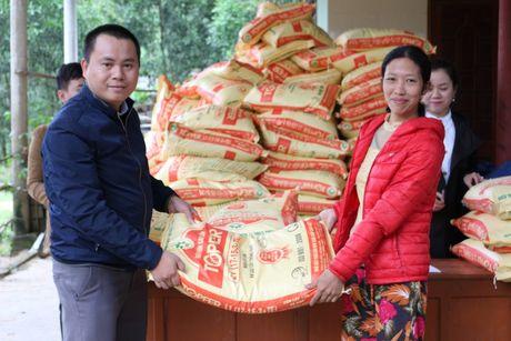 Quang Binh: Bao Xay dung tang qua ho tro nhan dan vung lu huyen Tuyen Hoa - Anh 2