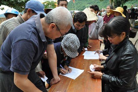 Quang Binh: Bao Xay dung tang qua ho tro nhan dan vung lu huyen Tuyen Hoa - Anh 4