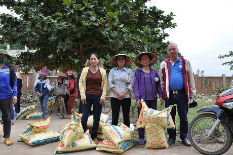 Quang Binh: Bao Xay dung tang qua ho tro nhan dan vung lu huyen Tuyen Hoa - Anh 7