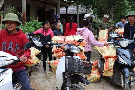 Quang Binh: Bao Xay dung tang qua ho tro nhan dan vung lu huyen Tuyen Hoa - Anh 8