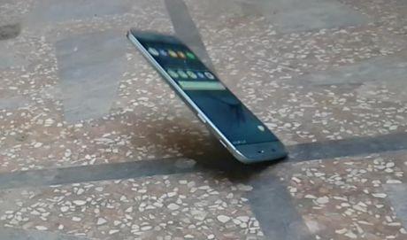 Galaxy A8 2016 roi tu ban xuong nen 'vo tu' - Anh 1