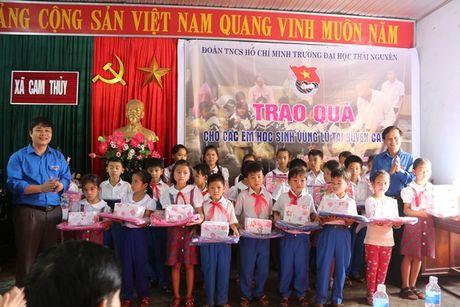 Doan Thanh nien DH Thai Nguyen ung ho dong bao mien Trung bi lu lut - Anh 1