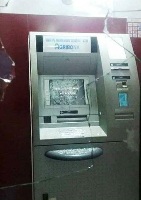 Nguoi dan ong la het, dap pha hai cay ATM trong dem - Anh 1