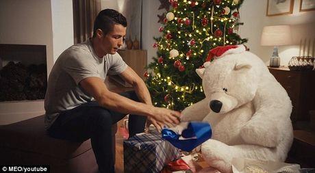 Ronaldo 'o nha mot minh' - Anh 6