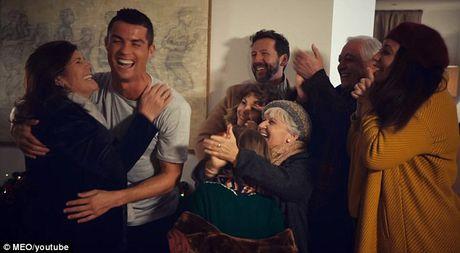 Ronaldo 'o nha mot minh' - Anh 8