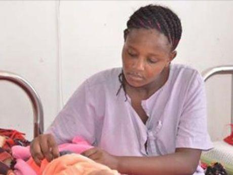Nu sinh Kenya 'thi tot nghiep' trong benh vien sau khi sinh con - Anh 1