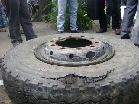 TP.HCM: No banh xe tai khi dang bom, mot nguoi bi vo gan - Anh 2