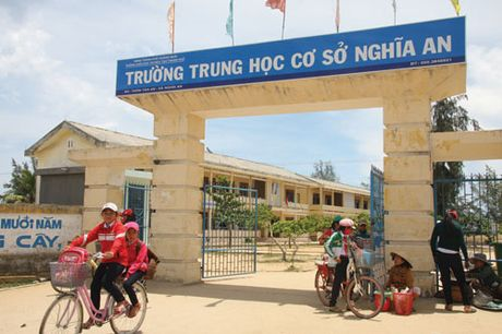 Lo bam bien muu sinh, hang tram hoc sinh ven bien Quang Ngai bo hoc - Anh 1