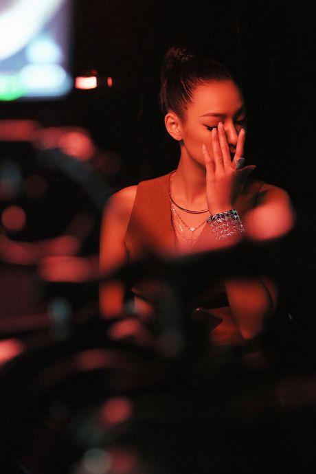 Lily Nguyen so hai khi du minh tren day quay phim ngan - Anh 1