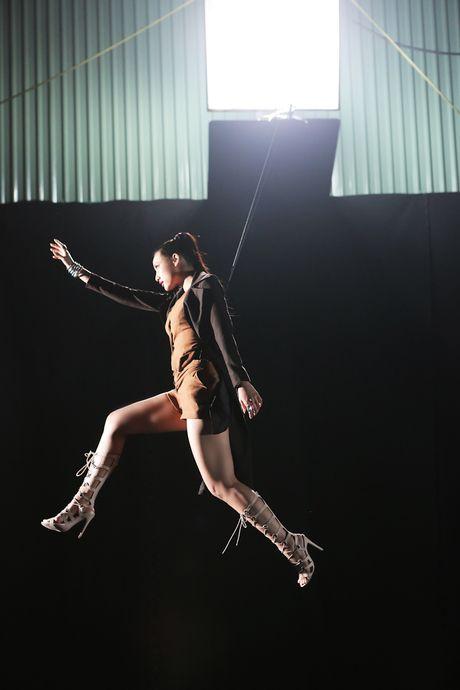 Lily Nguyen so hai khi du minh tren day quay phim ngan - Anh 3