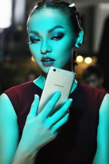 Lily Nguyen so hai khi du minh tren day quay phim ngan - Anh 8