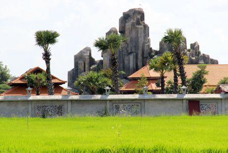 Viet kieu xay nui nhan tao trong khu nghi duong khong phep - Anh 1