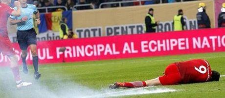 Lewandowski guc xuong san vi luu dan khoi trong tran Ba Lan ha Romania - Anh 2