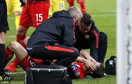 Lewandowski guc xuong san vi luu dan khoi trong tran Ba Lan ha Romania - Anh 3