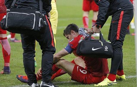 Lewandowski guc xuong san vi luu dan khoi trong tran Ba Lan ha Romania - Anh 4