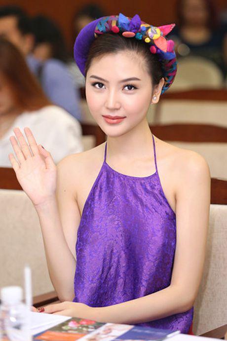 Hoa hau Ngoc Duyen mac ao yem goi cam ben canh dan mau - Anh 10