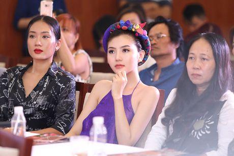 Hoa hau Ngoc Duyen mac ao yem goi cam ben canh dan mau - Anh 11