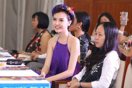 Hoa hau Ngoc Duyen mac ao yem goi cam ben canh dan mau - Anh 12