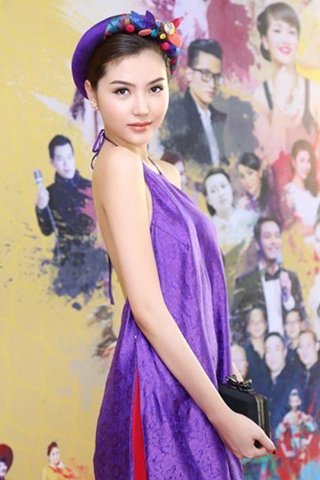 Hoa hau Ngoc Duyen mac ao yem goi cam ben canh dan mau - Anh 3