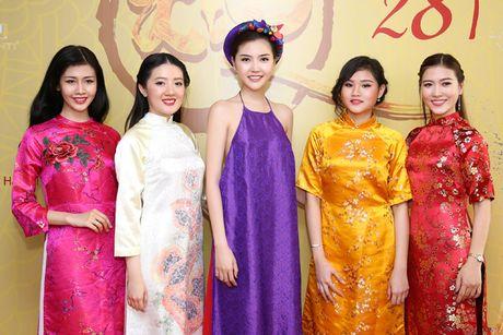Hoa hau Ngoc Duyen mac ao yem goi cam ben canh dan mau - Anh 5