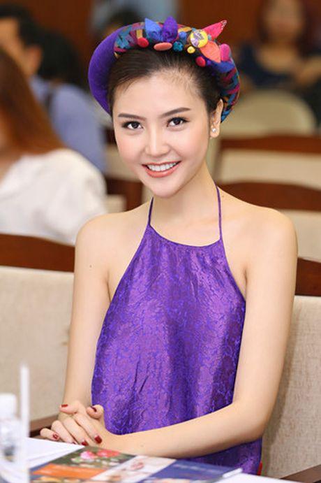 Hoa hau Ngoc Duyen mac ao yem goi cam ben canh dan mau - Anh 8