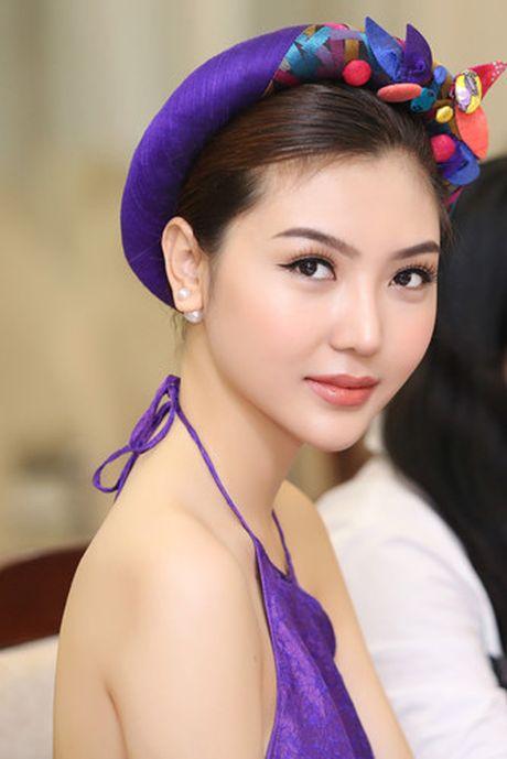 Hoa hau Ngoc Duyen mac ao yem goi cam ben canh dan mau - Anh 9