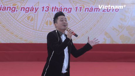 Tung Duong hat live nhan dip ve tham ngoi truong cha tung day hoc - Anh 1
